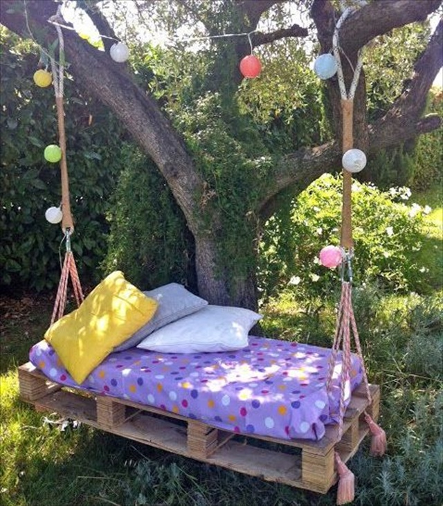 Easy diy pallet swing bed for Outdoor pallet swing bed