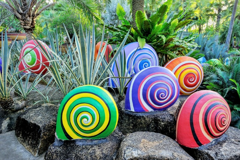 Colorful-of-sculpture-snails-in-beautiful-garden-min-e1433306976420