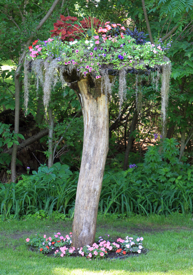 Make gorgeous garden decorations with these 13 recycling for Tree trunk uses