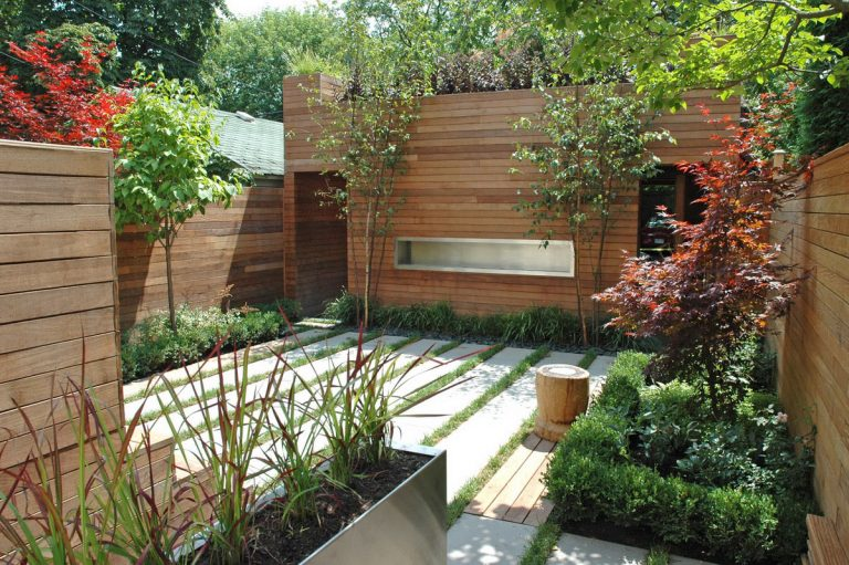 Delightful-Small-Backyard-Design-with-Cool-Fence-Idea-and-Minimalist-Garden-Design-as-Cool-Yard-Idea-768x511